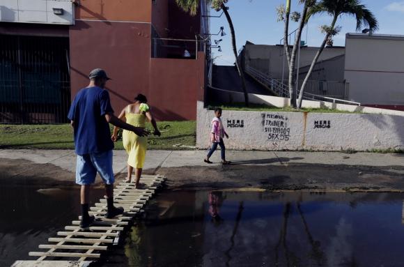La población de la isla espera por más ayuda humanitaria. Foto: EFE
