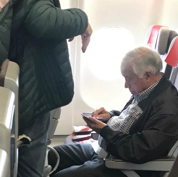 Héctor Amodio Pérez en avión rumbo a Madrid. Foto: Gentileza de un lector.