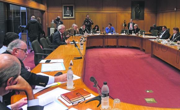 Comisiones siguen analizando el proyecto que atiende la situación de cincuentones. Foto: F. Flores