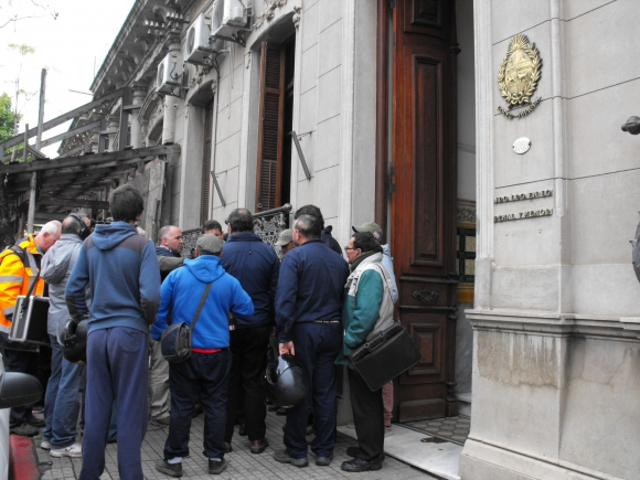 Trabajadores muestran apoyo en la puerta de la sede penal. Foto: Luis Pérez