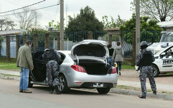 La Policía continúa en la zona para garantizar la seguridad. Foto: Marcelo Bonjour