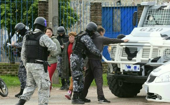 La Policía incautó variedad de armas, cartuchos y drogas. Foto: Marcelo Bonjour