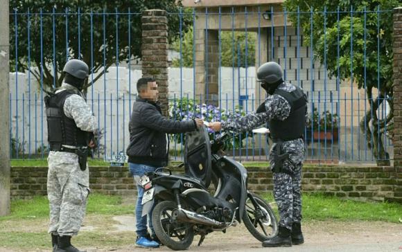 Durante el operativo cinco personas resultaron detenidas. Foto: Marcelo Bonjour