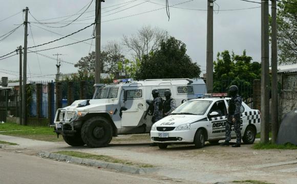El operativo comenzó por un enfrentamiento entre bandas. Foto: Marcelo Bonjour