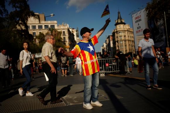 Un militante por la secesión en las calles de Barcelona. Foto: Reuters