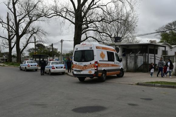Una ambulancia debió ingresar al barrio y requirió la presencia de dos patrullero. Foto: M. Bonjour