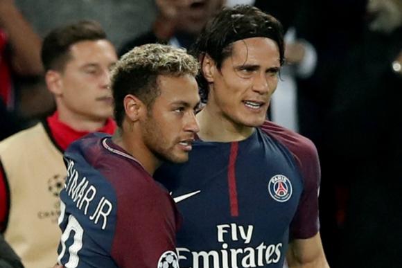 Neymar y Cavani abrazados tras la victoria del PSG
