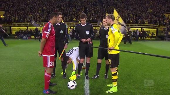Roman Bürki intentando agarrar el balón de los pies del árbitro. Foto: captura