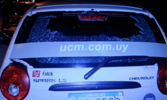 Los vidrios de decenas de vehículos recibieron pedradas de hinchas de Peñarol. Foto: minterior.gub.uy
