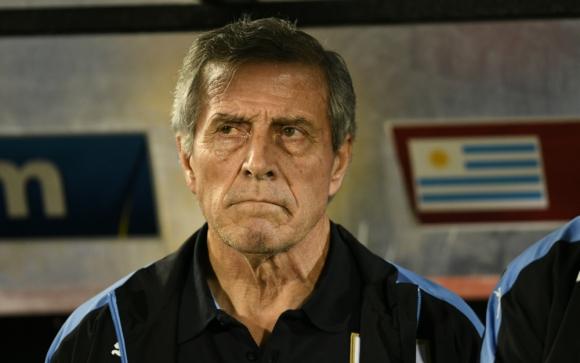 Óscar Tabárez en el banco de la selección uruguaya. Foto: Gerardo Pérez