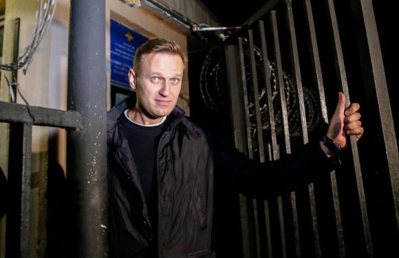 El opositor a Putin Alexei Navalny saliendo de una estación de  policía de Moscú. Foto: AFP