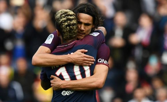 Abrazo y fin de la polémica entre Neymar y Edinson Cavani. Foto: AFP