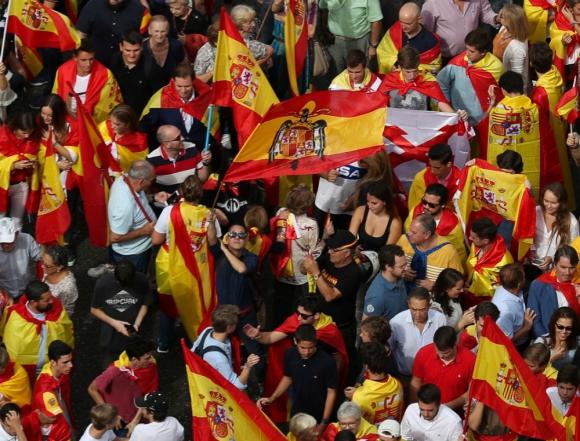Bandera franquista en medio de la manifestación contra el referéndum catalán. Foto: Reuters.
