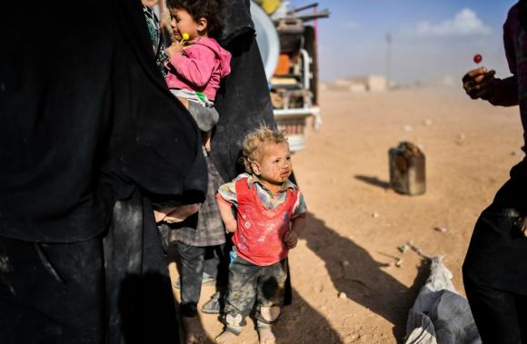 Un niño de las tantas familias de Deir Ezzor que se desplazaron a Raqa. Foto: AFP.
