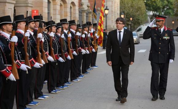 El presidente catalán Carles Puigdemont y el jefe de la Policía regional, Josep Lluis Trapero. Foto: AFP