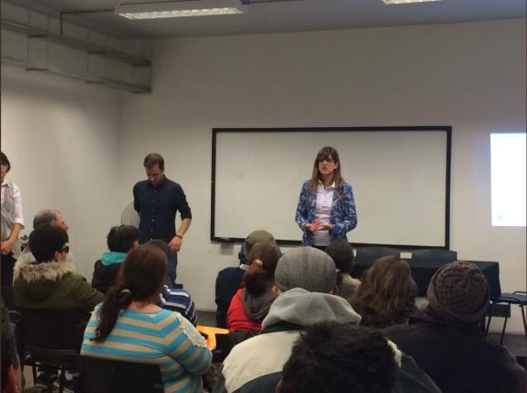 La directora Goyeneche al frente de una de las charlas. Foto: IMM