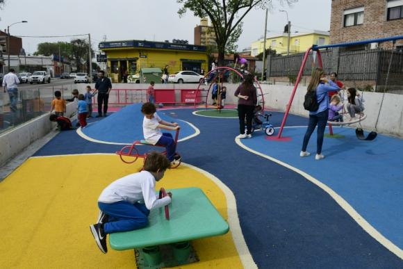 Varios niños utilizaron los nuevos juegos de la plaza. Foto: M. Bonjour