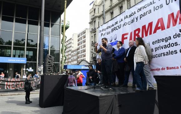 """AEBU denuncia """"privatizaciones"""" en el Banco República. Foto: M. Bonjour"""