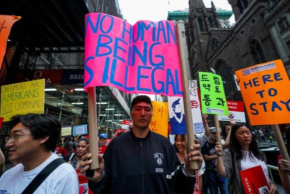 Inmigrantes protestando contra medida de Trump. Foto: AFP