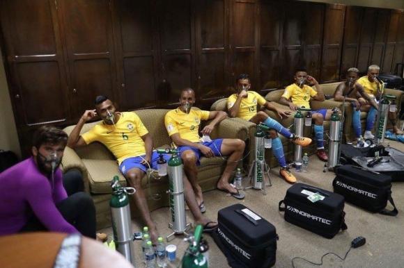 Los jugadores de Brasil tomaron oxígeno tras jugar en la altura de Bolivia