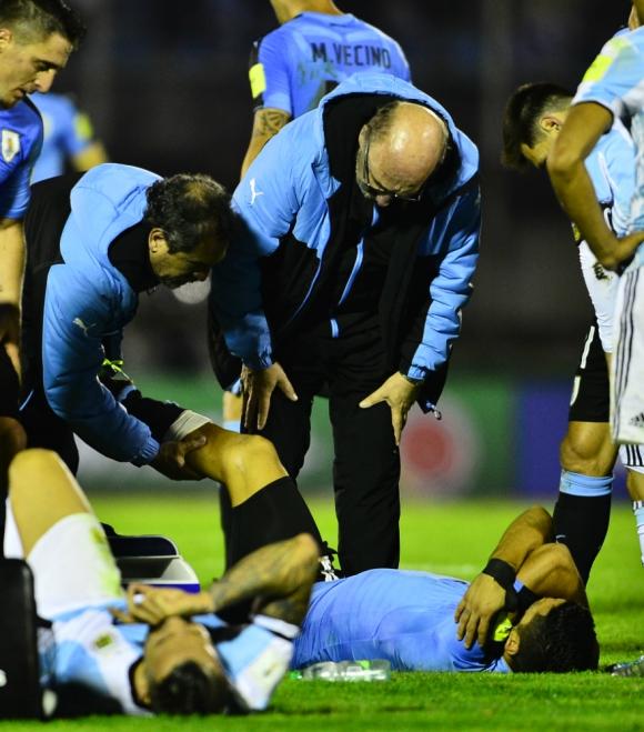 Luis Suárez queda en el piso en el Uruguay-Argentina. Foto: Nicolás Pereyra