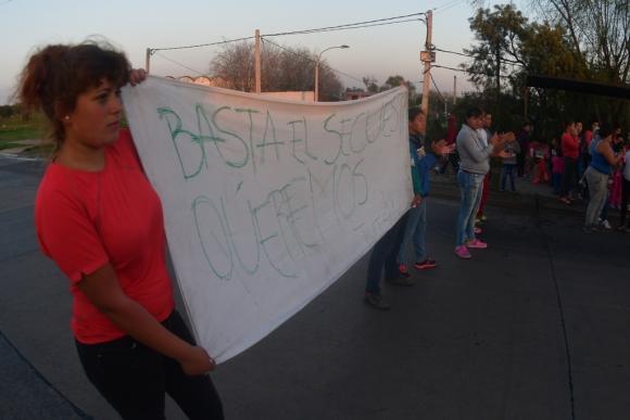 """Unas 30 madres, cortaron Camino Maldonado. Pedían """"basta de secuestros"""" y """"justicia"""". Foto: Fernando Ponzetto"""