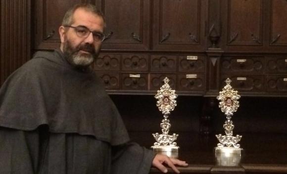 El párroco de la Basílica de los 12 apóstoles, Agnello Stoia, viajó desde Roma con los restos