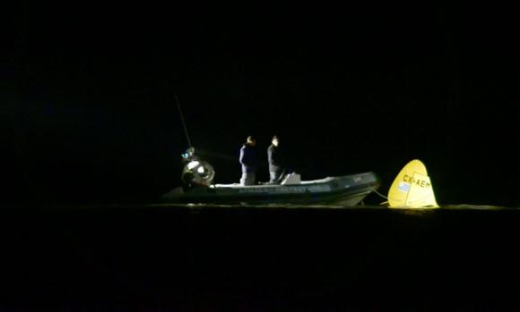 En la noche: Dotaciones de Prefectura trabajaban sobre el avión, a escasos 200 metros de la costa. Foto: G. Pérez