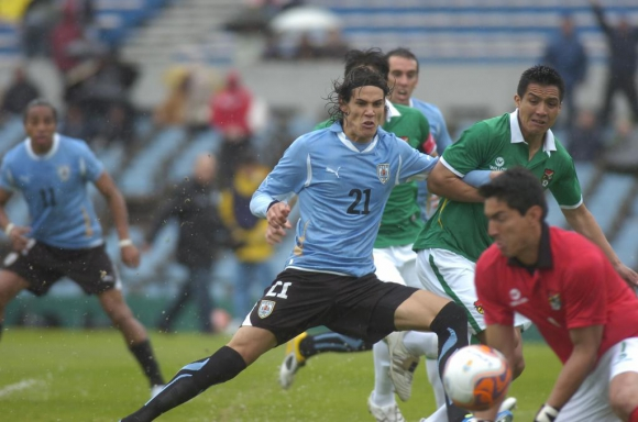 Edinson Cavani frente a Bolivia en 2011