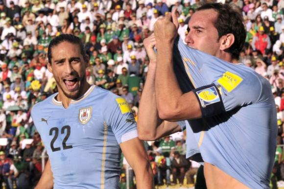 Martín Cáceres y Diego Godín, autores de los goles en La Paz. Foto: Archivo El País