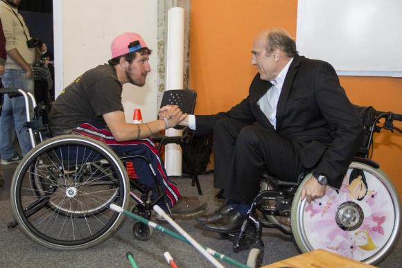IMM: Daniel Martínez prueba desplazarse en silla de ruedas. Foto: Viviana Bordoli