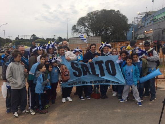 Niños de Salto que vinieron a ver a Uruguay y a Cavani