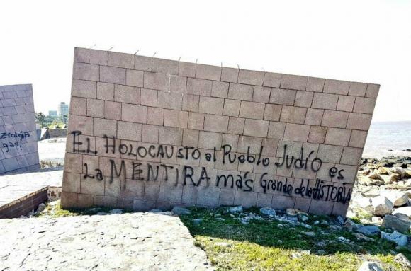 El memorial fue vandalizado varias veces desde su inauguración. Foto: Twitter @AlcaldeVarela