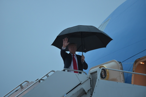 Donald Trump subiendo al Air Force One en Harrisburg, Pensilvania. Foto: AFP