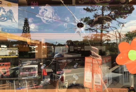 En los últimos dos días, la vidriera de la barraca Colón recibió tres impacto de bala. Foto: El País