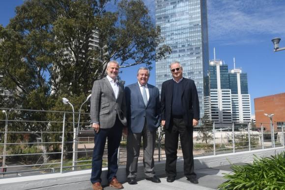 Los directores Ernesto Kimelman, Carlos Alberto Lecueder y Ruben Flom junto al predio que ocupará la torre 2.