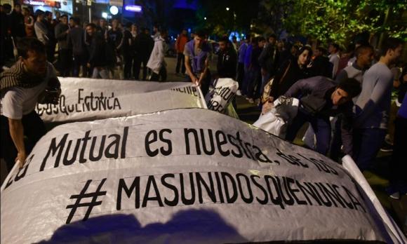 Los jugadores de Más Unidos Que Nunca marcharon frente a la Mutual el lunes. Foto: Fernando Ponzetto