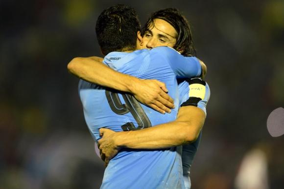 Abrazo de gol. Luis Suárez y Edinson Cavani, goleadores históricos de la Celeste. Foto: Gerardo Pérez