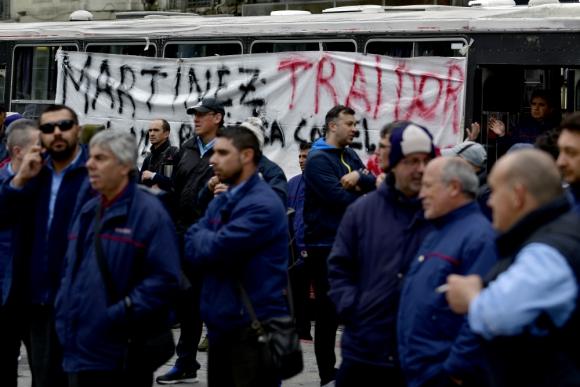 """Una de las pancartas  decía """" Martínez traidor, haciendo política con el trasporte"""". Foto: F. Ponzetto"""