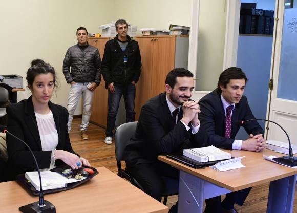 Los abogados de las partes mientras aguardan por la lectura del fallo. Foto: Marcelo Bonjour
