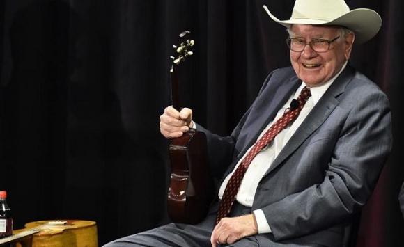 El millonario Warren Buffett es tan fanático del ukelele que incluso ha realizado duetos con Bon Jovi. Foto: EFE