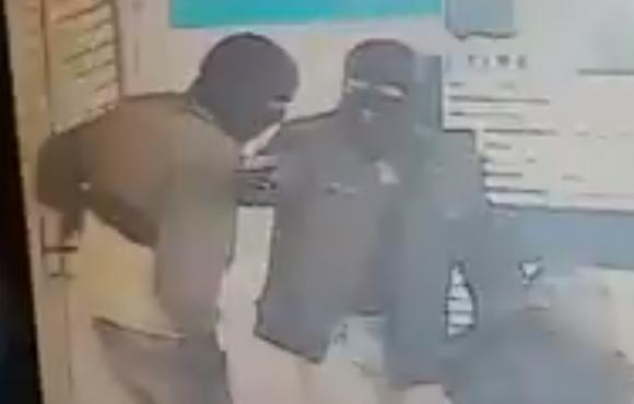 Los delincuentes quedaron registrados en las cámaras de seguridad. Foto: Captura