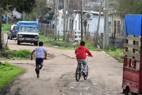 """Uno de cada cinco niños uruguayos vive en un hogar cuyos ingresos lo catalogan como """"pobre""""."""