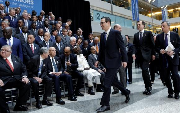 El secretario del Tesoro, Steve Mnuchin, llegando al foro del FMI. Foto: Reuters