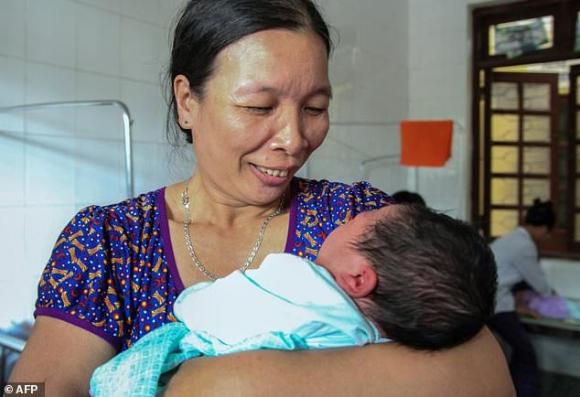Nguyen Kim Lien tuvo un bebé de 7 kilos. Foto: AFP