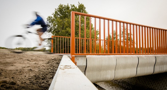 El puente de ocho metros conecta dos carreteras por encima de una acequia llena de agua. Foto: AFP