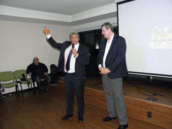 Alberto junto a Gerardo Terra, su histórico locutor, que deleitó cantando tangos en vivo.