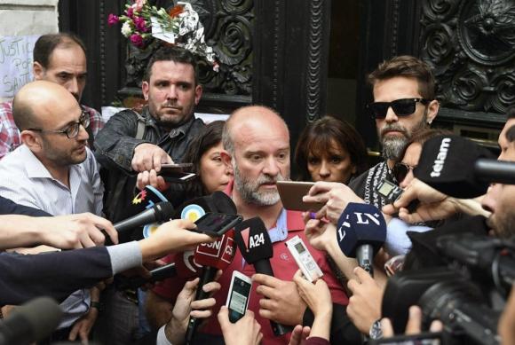 Sergio Maldonado, ayer frente a la morgue, confirmando la identidad del cuerpo como la de su hermano Santiago Maldonado. Foto: AFP
