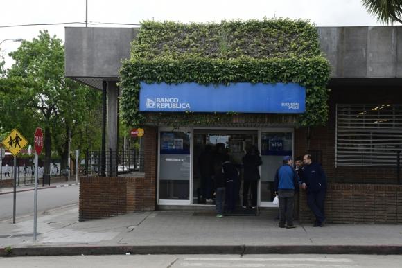 Según el BROU, en las que se pasó a régimen parcial la gente trabaja más con el banco, pero sin ir a él. Foto: M. Bonjour