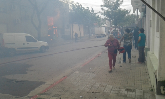 Bomberos trabajan para apagar incendio en depósito de lácteos de Salto. Foto: Luis Pérez.